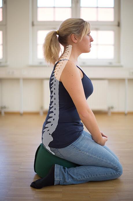 Erzieherinnen-Sitzkissen mit eingezeichneter Wirbelsäule